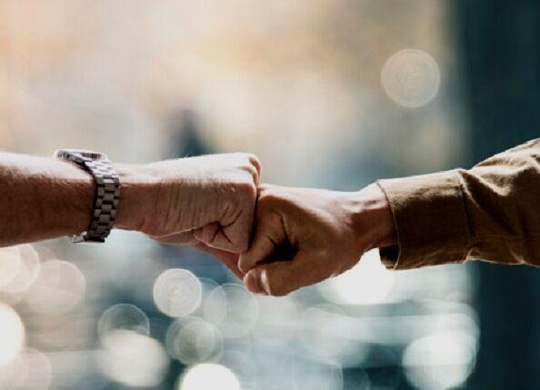 مردانی، عضو ستاد کرونا: دست دادن با مشت و آرنج هم باعث انتقال کرونا می گردد